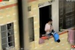 Video: Con trai phạm lỗi, mẹ cầm chân dốc ngược cổ từ tầng 7