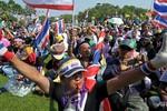 """Thái Lan đổi chiến thuật """"nụ cười thay hơi cay"""" mừng sinh nhật Nhà vua"""