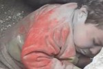 Video: Tay không giải cứu em bé Syria bị chôn vùi trong đống đổ nát