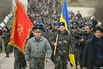 Video: Lính Ukraine tay không tuần hành đòi lại căn cứ