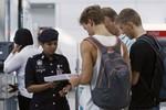 2 kẻ sử dụng hộ chiếu giả của Áo, Ý lên máy bay có khuôn mặt châu Á
