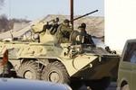 4 xe bọc thép Nga kéo vào căn cứ không quân Ukraine tại Crimea