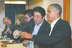 Thủ tướng Nhật và Tổng thống Mỹ uống rượu sake bàn quốc sự
