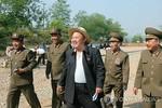 Kim Jong-un đội mũ nan, thả phanh cúc thị sát công trường