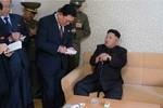 Kim Jong-un chống gậy xuất hiện trước truyền thông