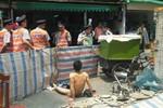 Dân phòng cưỡng chế dỡ sạp hàng, chủ sạp khỏa thân chống đối