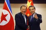 Lo bị gạt ra ngoài lề bán đảo, Ngoại trưởng Trung Quốc vội vã đi Triều Tiên?