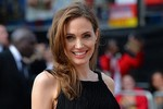 Angelina quyến rũ bên Brad Pitt sau khi cắt bỏ ngực