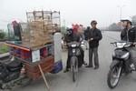 Chợ chim lấn chiếm Quốc lộ 5