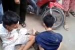 Video: Hàng chục người dân truy đuổi, tóm gọn 2 tên cướp Iphone