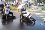 """Nhiều người """"đo đường"""" vì vệt dầu trơn trượt trên đường Hà Nội"""