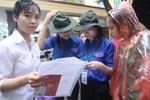 Sĩ tử Hà Nội đội mưa đến địa điểm đăng ký dự thi