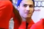 Đi nhận xe đẹp, Ronaldo nổi... 'máu' hám của lạ