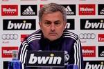 Mourinho sẵn sàng ngồi lì ở sân để cổ động viên 'ném đá'