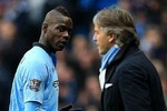 Góc ảnh: Balotelli nhìn kiểu 'chết chóc' với thầy Mancini