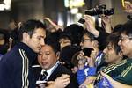 Fan Nhật 'quây' sao Chelsea ở sân bay