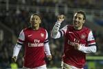 Reading 2-5 Arsenal: Cazorla làm 'ông già Noel', Wenger tạm sống sót
