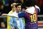 Fan cuồng lao vào sân ôm hôn, xoa đầu Messi