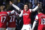 """West Brom 1 - 2 Arsenal: Rosicky lập cú đúp, """"Pháo"""" thắng với 10 người"""