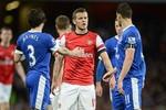 Tâm điểm Arsenal 0-0 Everton: Suýt tẩn nhau vì hành động hất chai nước