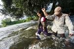 """Học sinh """"bơi"""" qua sông Ba đến trường"""