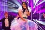 Chí Thiện mặc váy hát 'Công chúa bong bóng'