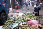 Nhặt trái cây thải loại ở chợ Long Biên: Ăn không hết thì bán?