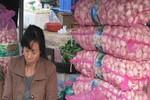 Cao điểm, một tiểu thương chợ Long Biên bán 1 tấn hành tỏi TQ mỗi ngày