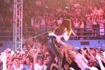 Các fan tranh nhau để được cầm tay Hồ Ngọc Hà