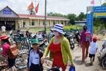 Trường bị khóa cửa, gần 100 em học sinh phải đi nơi khác học