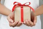 Tặng cô quà gì?