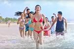 """Huyền My diện bikini đỏ rực """"đốt cháy"""" bãi biển Mũi Né"""