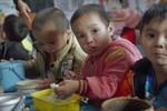 Xem và nếm bữa cơm trưa mặn chát của trẻ mầm non miền núi