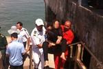 Một phụ nữ nhảy tàu cánh ngầm tự tử, may mắn được cứu thoát