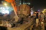 Vỡ đường ống nước sạch tại công trình cầu vượt trước khách sạn Daewoo
