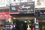 Cô gái bị tên cướp khống chế khi một mình trông cửa hàng quần áo