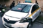 """Xe máy """"đối đầu"""" taxi, đôi vợ chồng thương vong"""