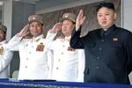 Kim Jong Un tặng súng trường và súng máy cho quân nhân