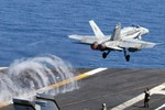 Mỹ nối tầm bay của Super Hornet bằng…bình dầu phụ