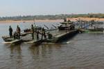Chùm ảnh công binh Nga diễn tập bắc cầu dã chiến vượt sông