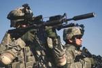 VIDEO: Nướng thịt, làm bữa sáng bằng...súng trường M16