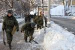 Lính Ucraina được huy động đi xúc tuyết, dọn đường