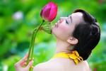 Những nữ sinh đẹp mê hồn giữa đầm sen