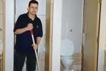 Sinh viên trường danh tiếng phải đi cọ toilet