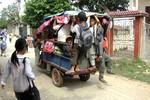 Chùm ảnh: Hãi hùng cảnh đu bám xe ba gác đến trường