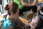 Trẻ em bị bạo hành thể xác lẫn tinh thần, dư luận đau lòng và phẫn nộ