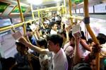 """""""Người già nhường thanh niên"""" trên xe buýt, chuyện chỉ có ở Việt Nam"""