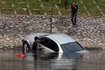 Hà Nội: Xe ôtô BMW lao xuống sông Tô Lịch