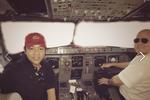 Quang Lê đăng ảnh chụp với phi công trong buồng lái máy bay