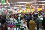 Người dân Hà Nội đổ xô vào siêu thị sắm Tết